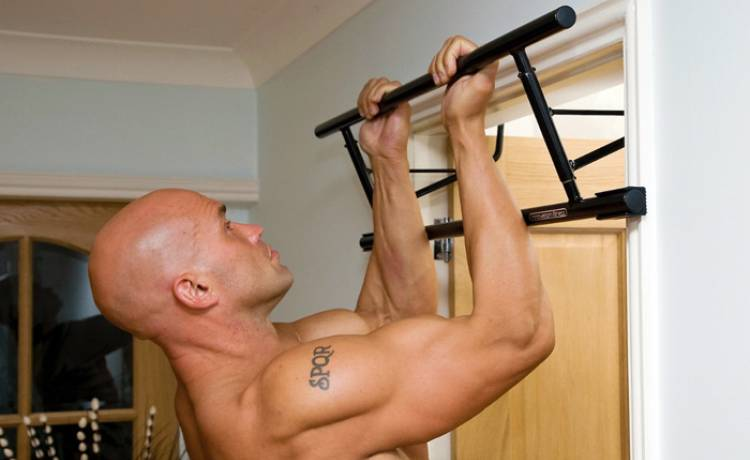 Nejlepší cvik na pořádná záda? Shyby! Poradíme, jak je cvičit doma.